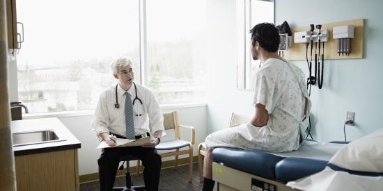 lekarz zaleca odpowiednie leczenie na hemoroidy